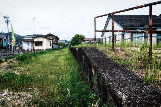 廃線駅と軌道跡の写真