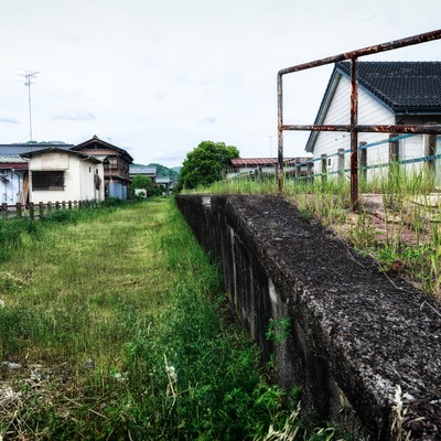 「廃線駅と軌道跡」の写真素材