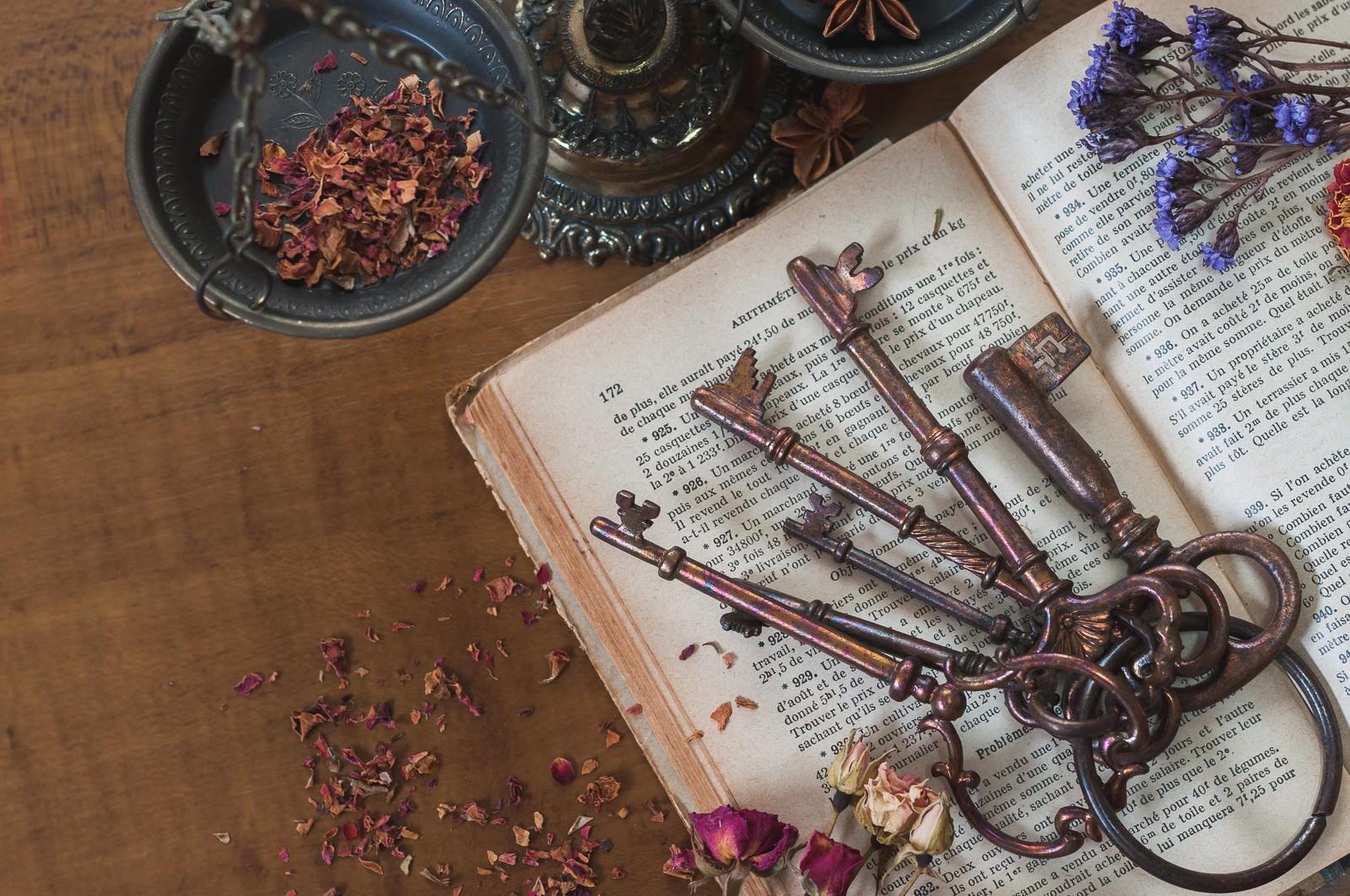 「古い鍵と古書とドライフラワー」の写真