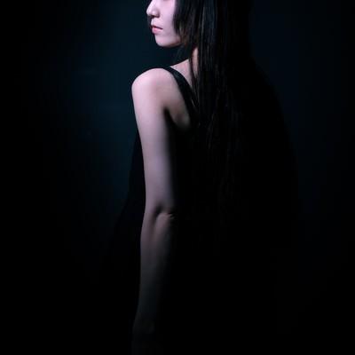半身の女性の後ろ姿(黒)の写真