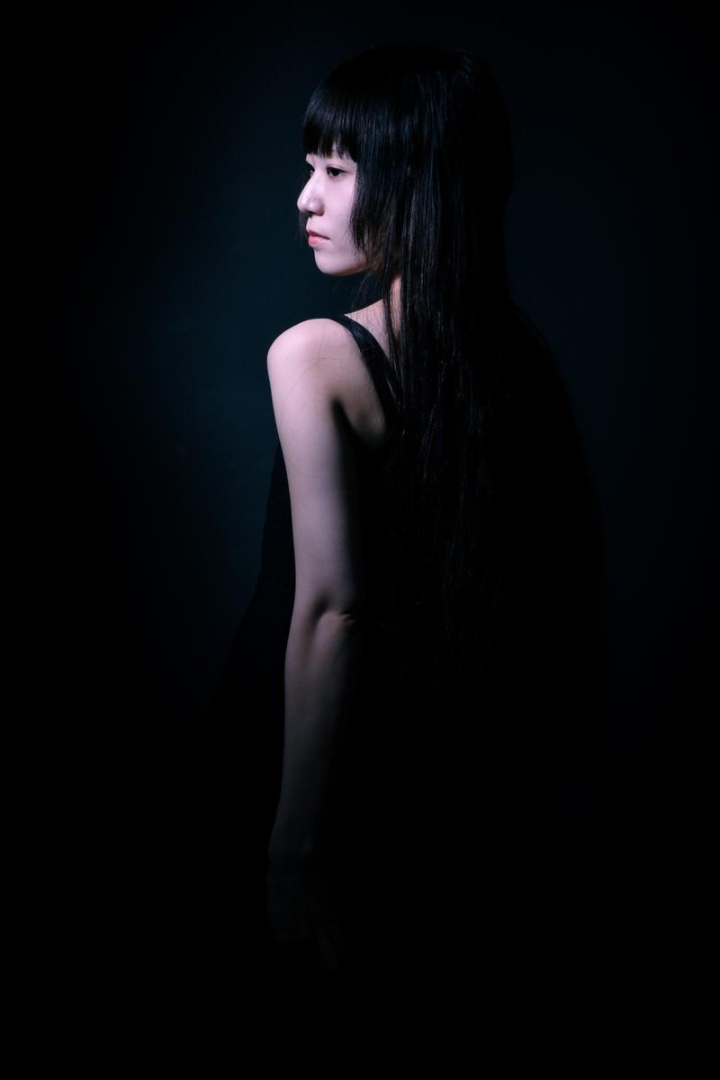 「半身の女性の後ろ姿(黒)半身の女性の後ろ姿(黒)」[モデル:緋真煉]のフリー写真素材を拡大