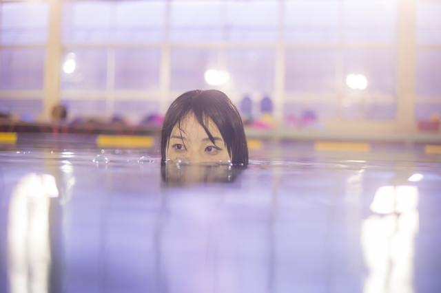 プールでワニ女子の写真