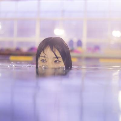 プールでワニ女子のフリー素材