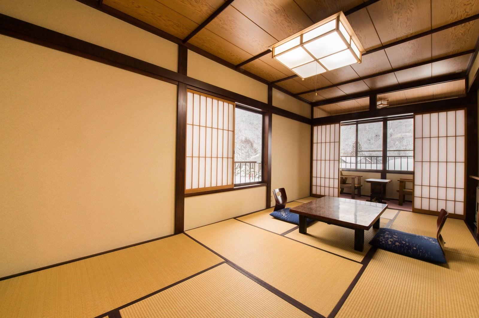 「雪景色も楽しめる純和風の客室(平湯温泉お宿栄太郎)」の写真