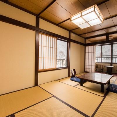 「雪景色も楽しめる純和風の客室(平湯温泉お宿栄太郎)」の写真素材