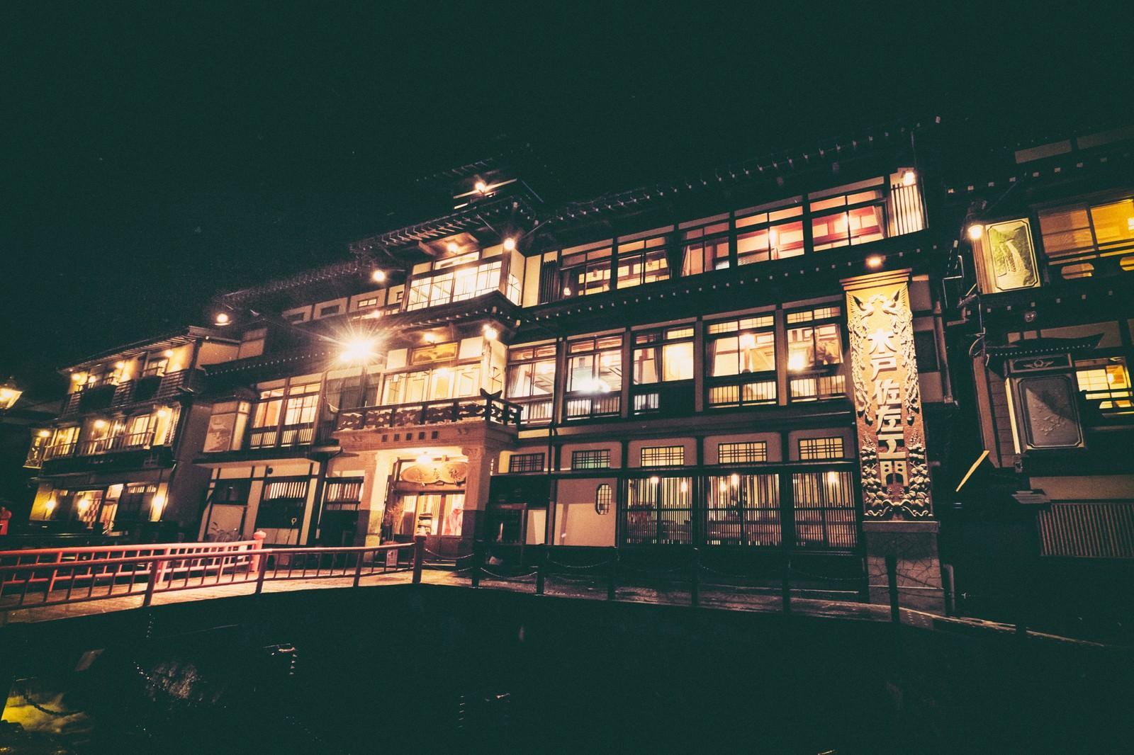 「大正ロマン漂う銀山温泉の旅館(夜景)」の写真