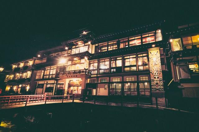 大正ロマン漂う銀山温泉の旅館(夜景)の写真