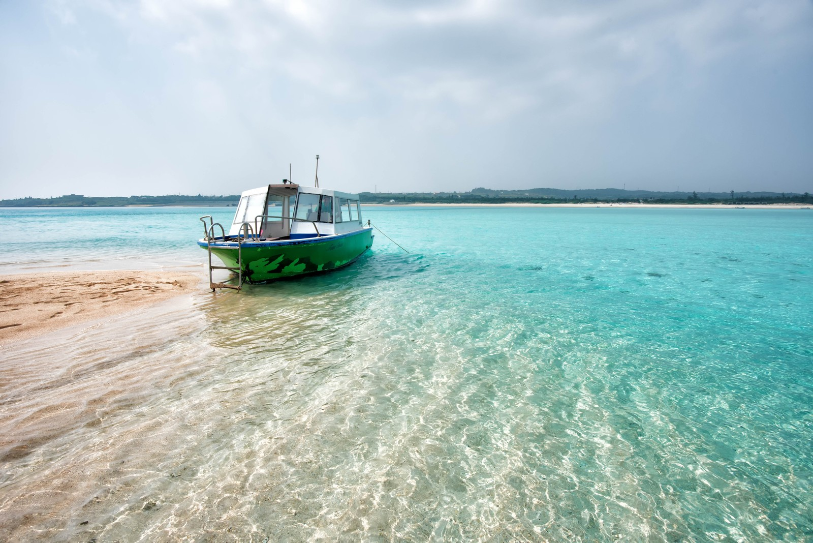 「幻の百合ヶ浜に上陸したボート」の写真