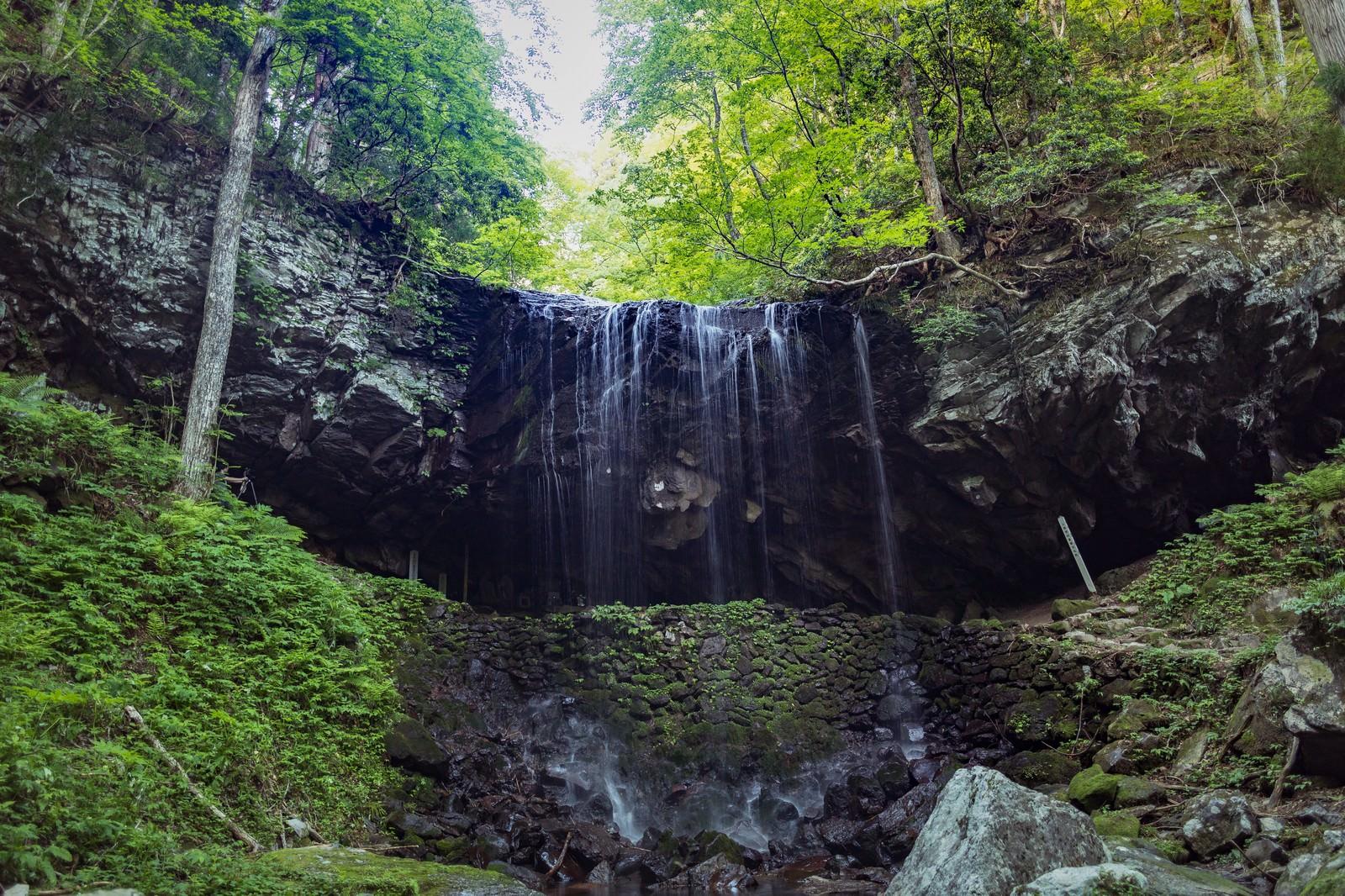 「滝の流れを裏から眺められる裏見の滝、岩井滝(鏡野町)」の写真