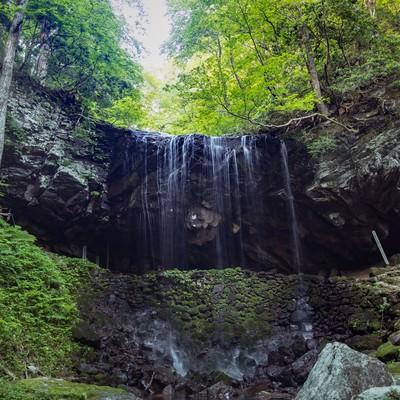 滝の流れを裏から眺められる裏見の滝、岩井滝(鏡野町)の写真