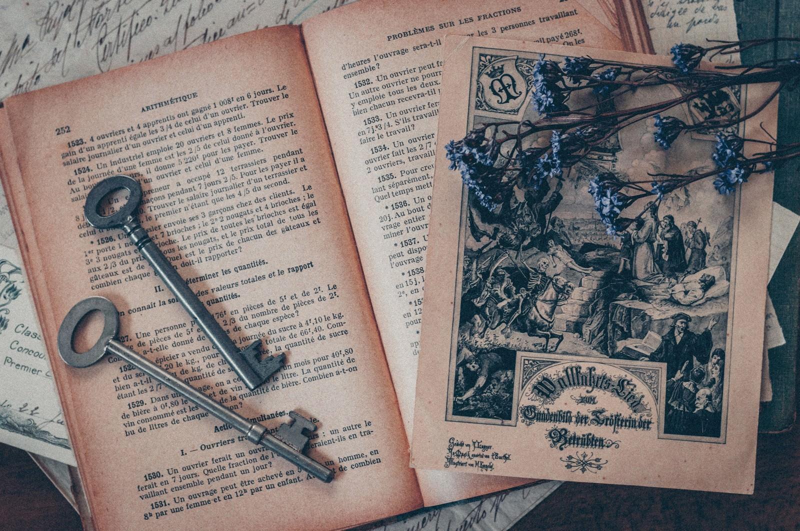 「古い鍵と洋書」の写真