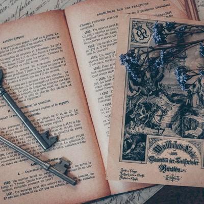 古い鍵と洋書の写真