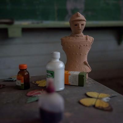 廃校の美術室と備品の写真