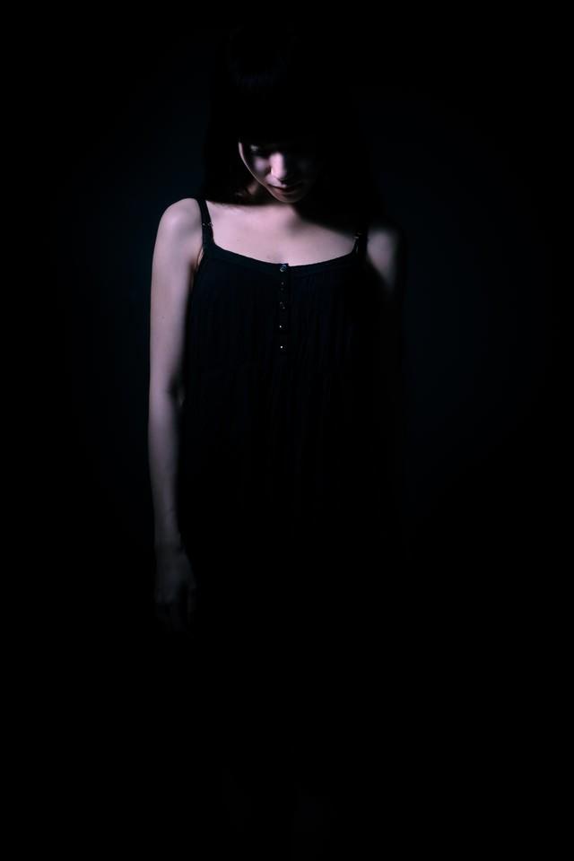 独りで悲しくなる女性の写真