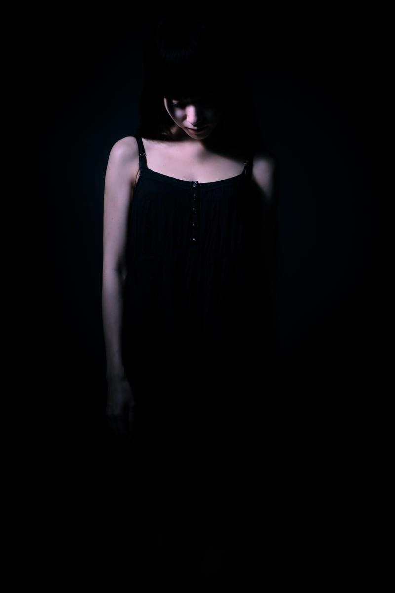 「独りで悲しくなる女性」の写真[モデル:緋真煉]