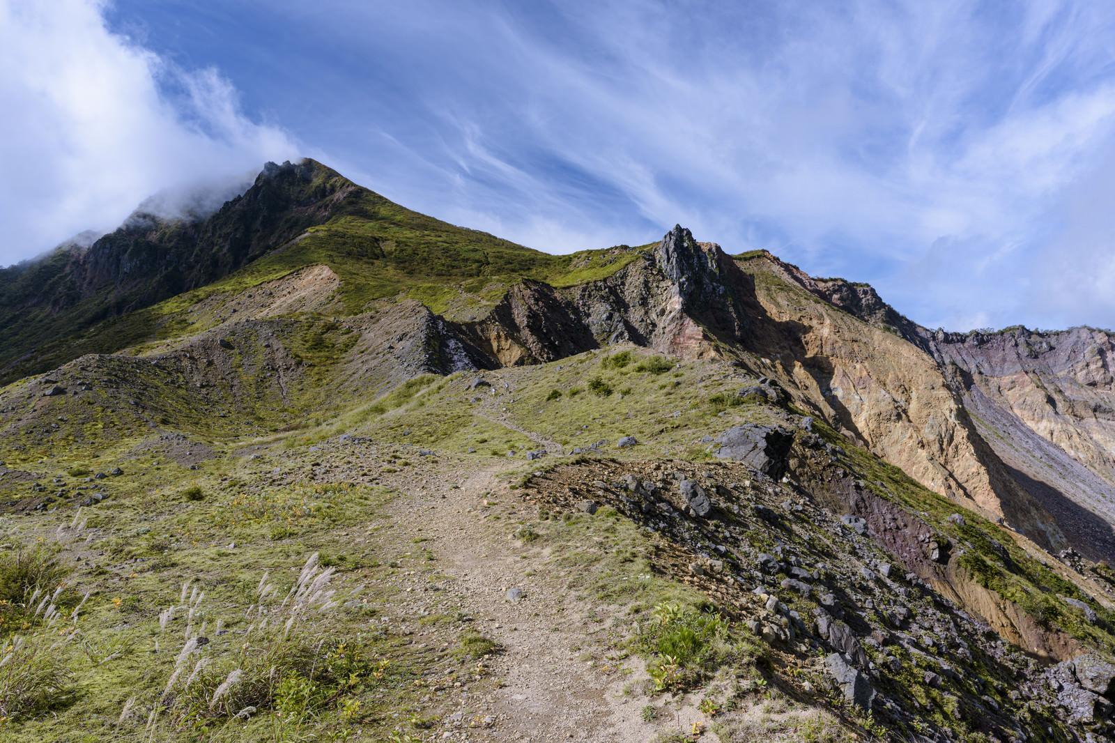 「火山特有の景色が広がる磐梯山(ばんだいさん)」の写真