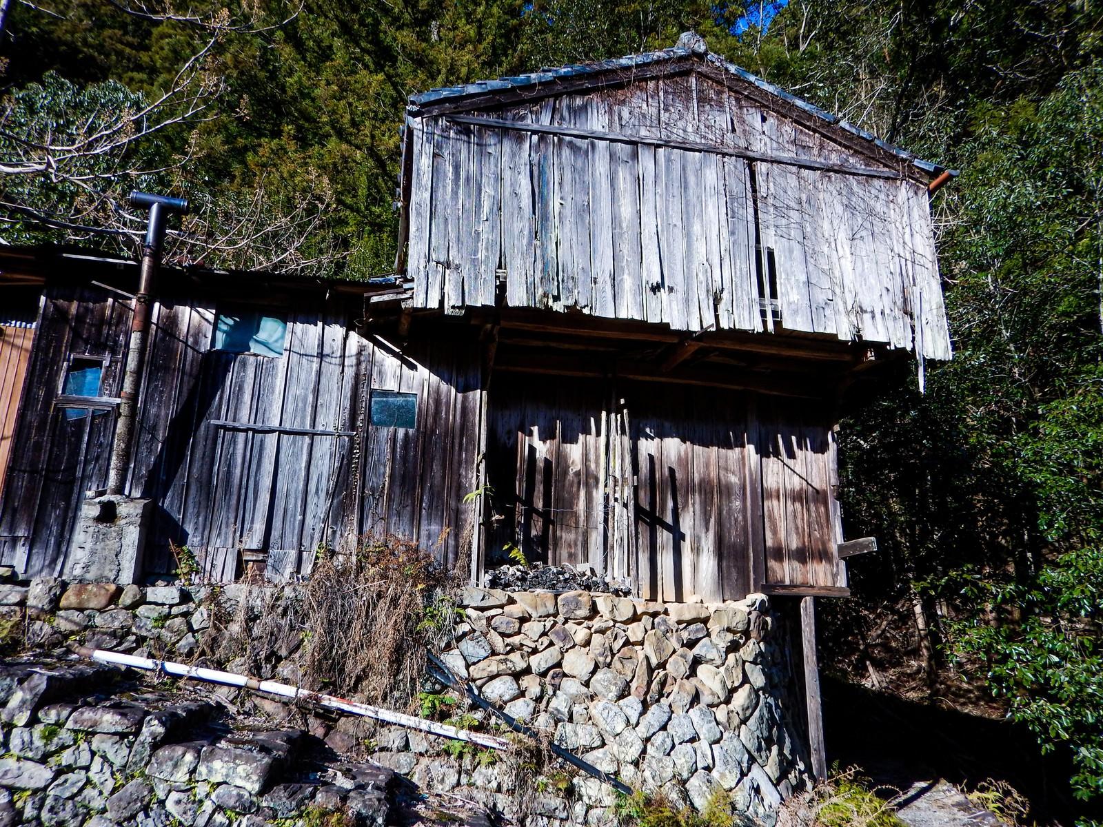 「倒壊寸前の廃屋」の写真