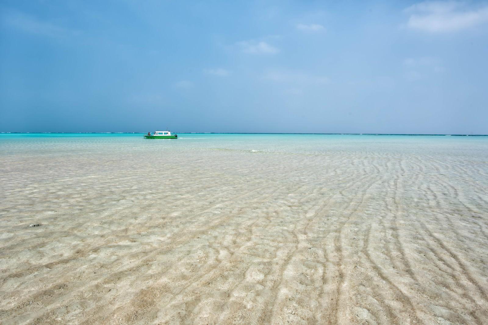 「百合ヶ浜に近づく船」の写真