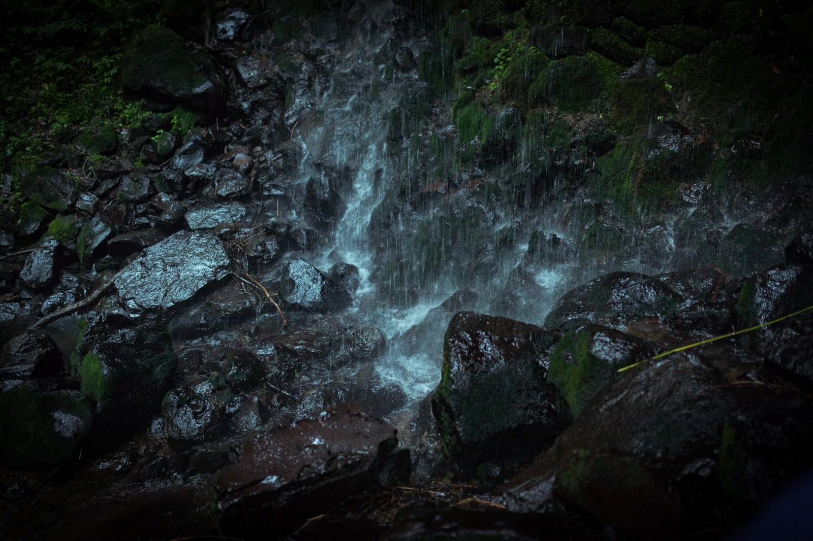 「岩井滝の水が滴る岩場」の写真