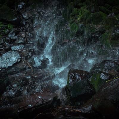岩井滝の水が滴る岩場の写真