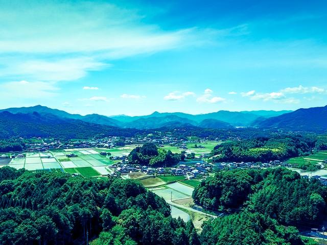 「山林に囲まれる町なみ(岡山県鏡野町)」のフリー写真素材