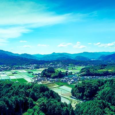 「山林に囲まれる町なみ(岡山県鏡野町)」の写真素材
