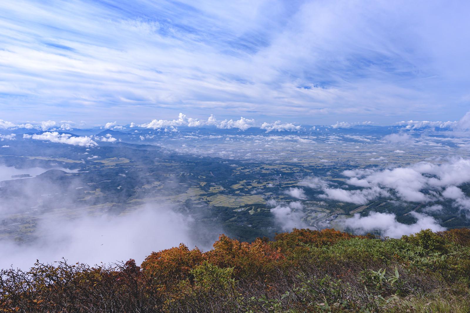 「磐梯山から眺める会津若松の街と飯豊山(いいでさん)」の写真