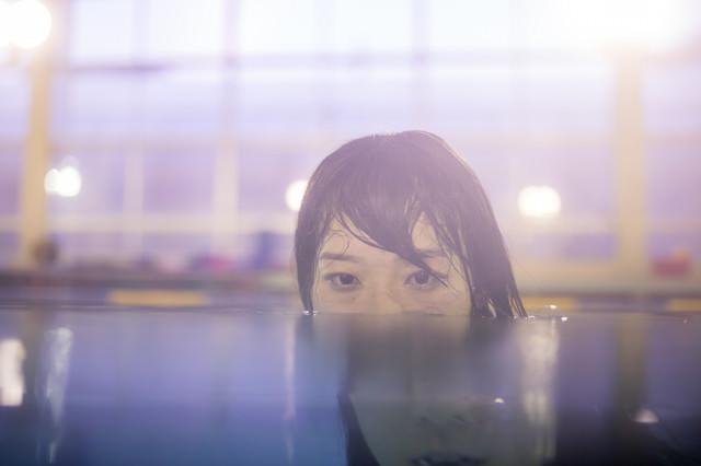 プールでお化粧落ちてボロボロだから出られないの写真