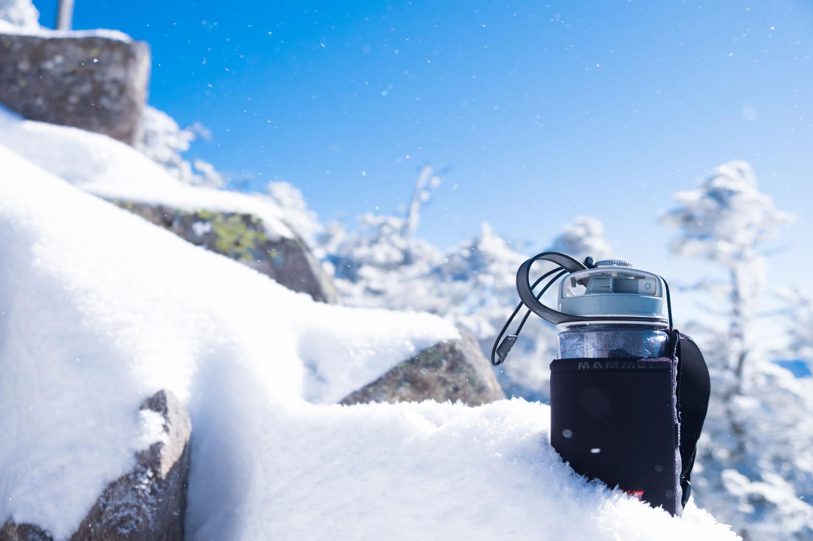 「氷点下15℃の気温で氷始めたドリンクボトル氷点下15℃の気温で氷始めたドリンクボトル」のフリー写真素材を拡大