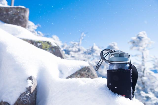 「氷点下15℃の気温で氷始めたドリンクボトル」のフリー写真素材