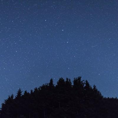 「鏡野町笠菅峠からの星空と流星」の写真素材