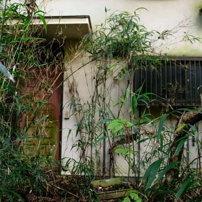 不気味な集落の家の写真