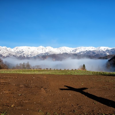 案山子の影と白馬三山の写真