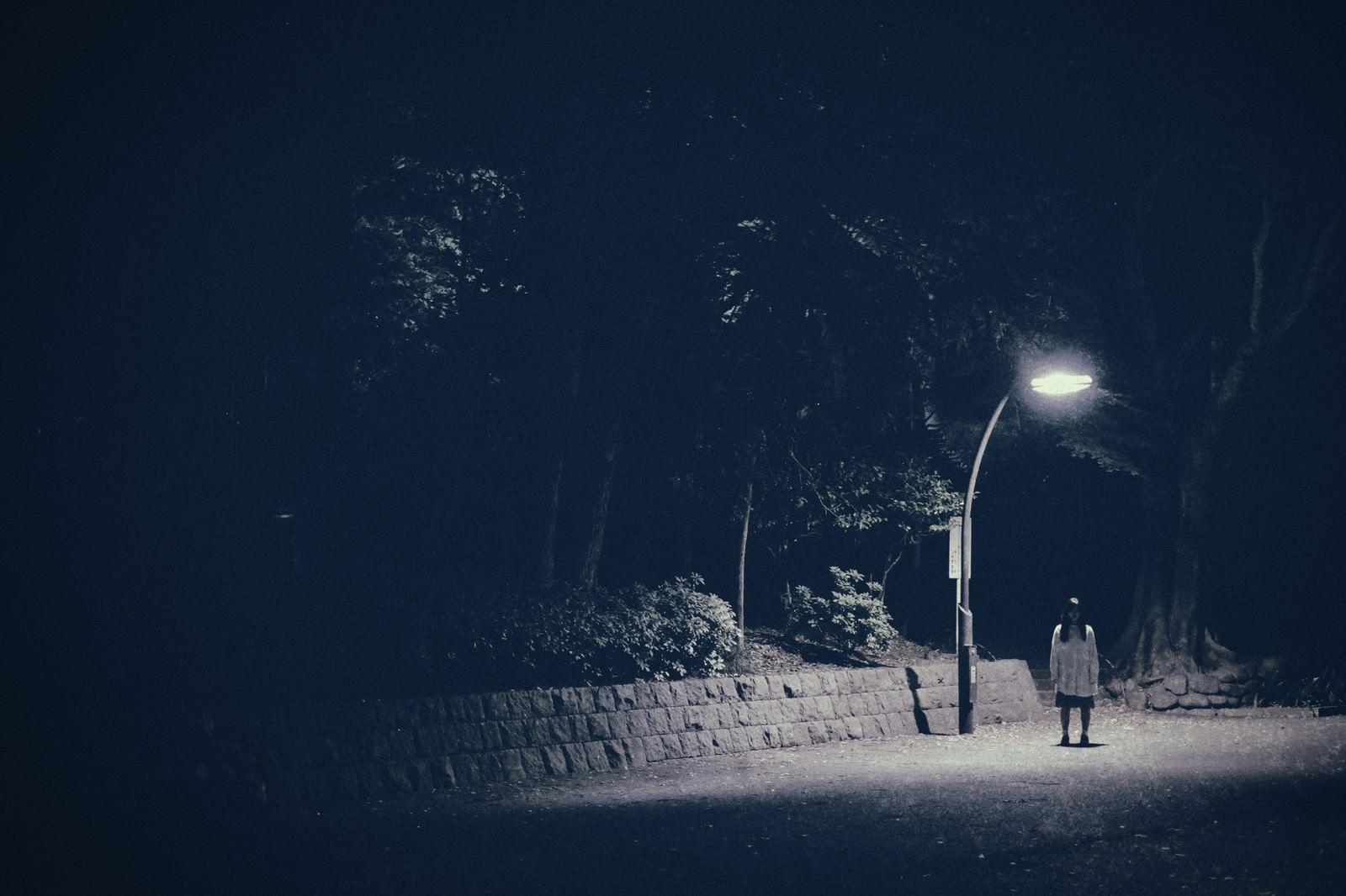 「実際にあった怖い話系に使いやすい。街灯下の女性」の写真[モデル:河村友歌]