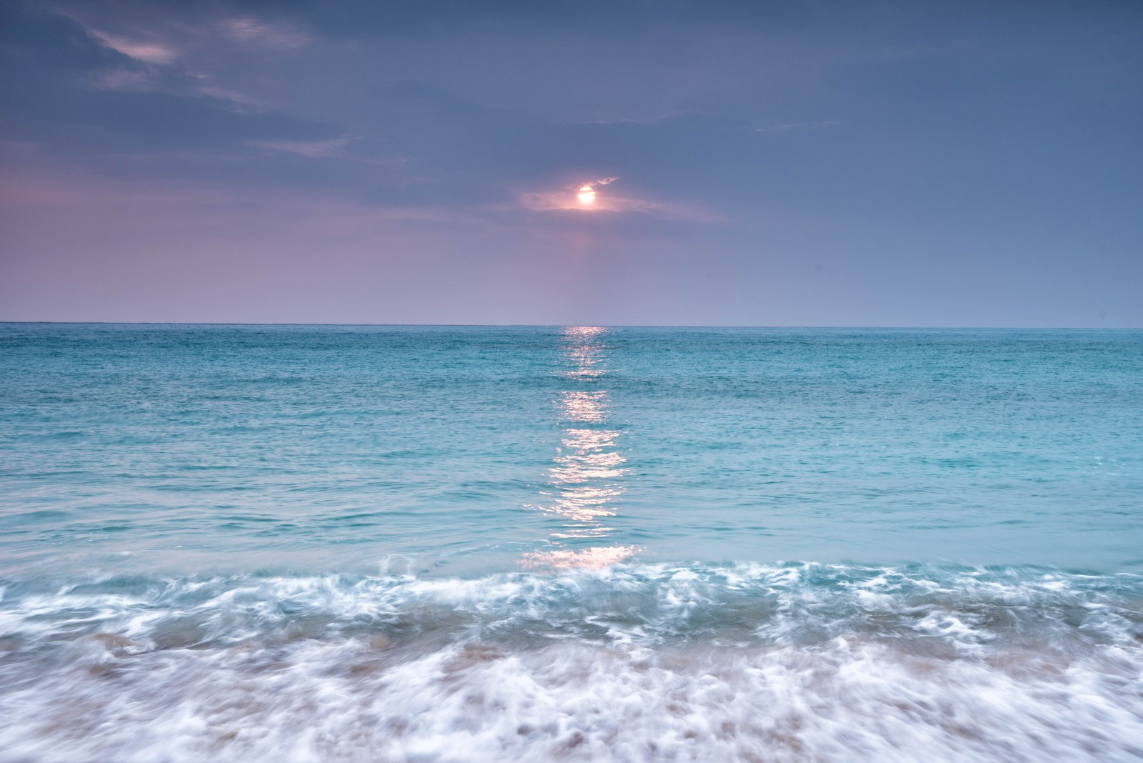 「青い海に映える太陽」の写真