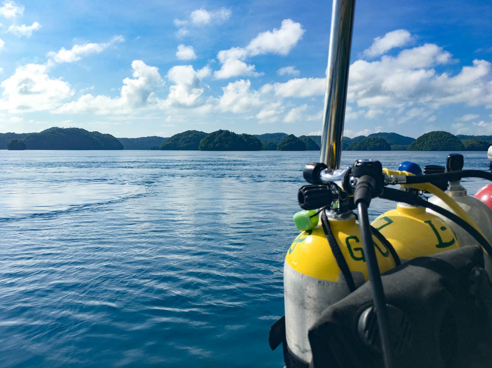「ダイビングポイントへ向かう船上の酸素ボンベ」の写真