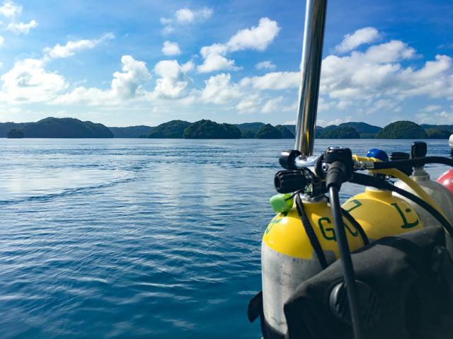 ダイビングポイントへ向かう船上の酸素ボンベの写真