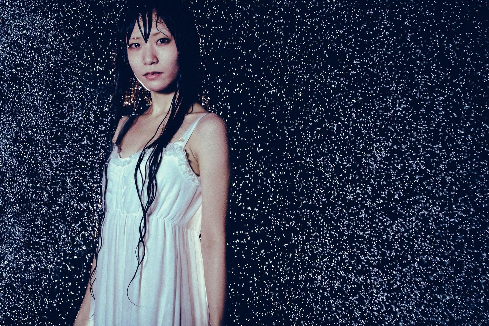 「雨に濡れたワンピース姿の女性雨に濡れたワンピース姿の女性」[モデル:緋真煉]のフリー写真素材を拡大