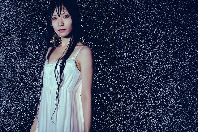 雨に濡れたワンピース姿の女性の写真