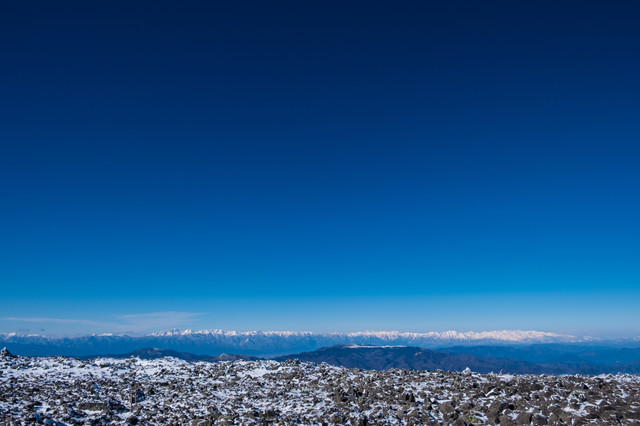 「蓼科山から見たどこまでも広がる八ヶ岳ブルー」のフリー写真素材