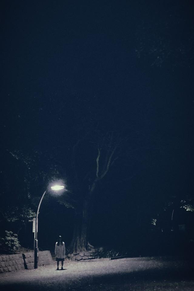 街灯下の女の写真