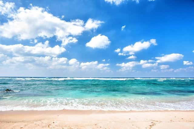 青い空とエメラルドグリーンの海の写真