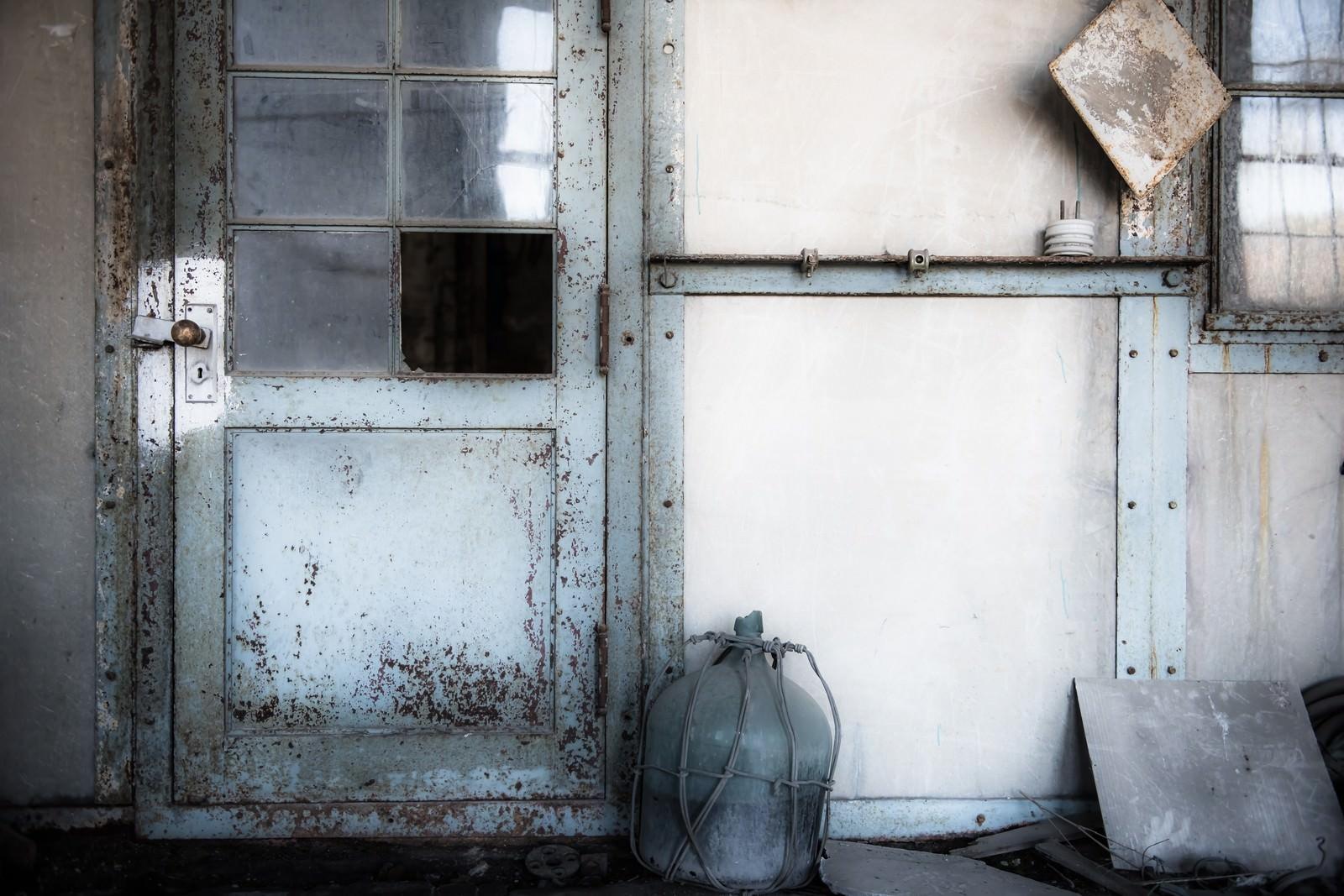 「発電所廃墟の扉」の写真