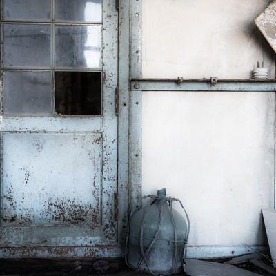 発電所廃墟の扉の写真