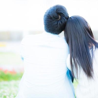 「肩を寄せる男女の後ろ姿」の写真素材