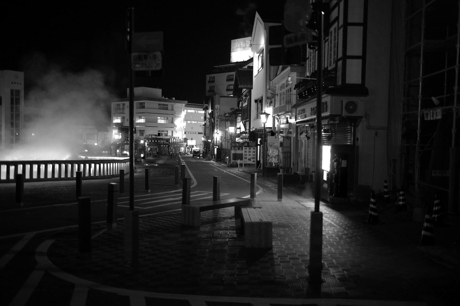 「深夜の草津温泉湯畑周辺のモノトーン」の写真