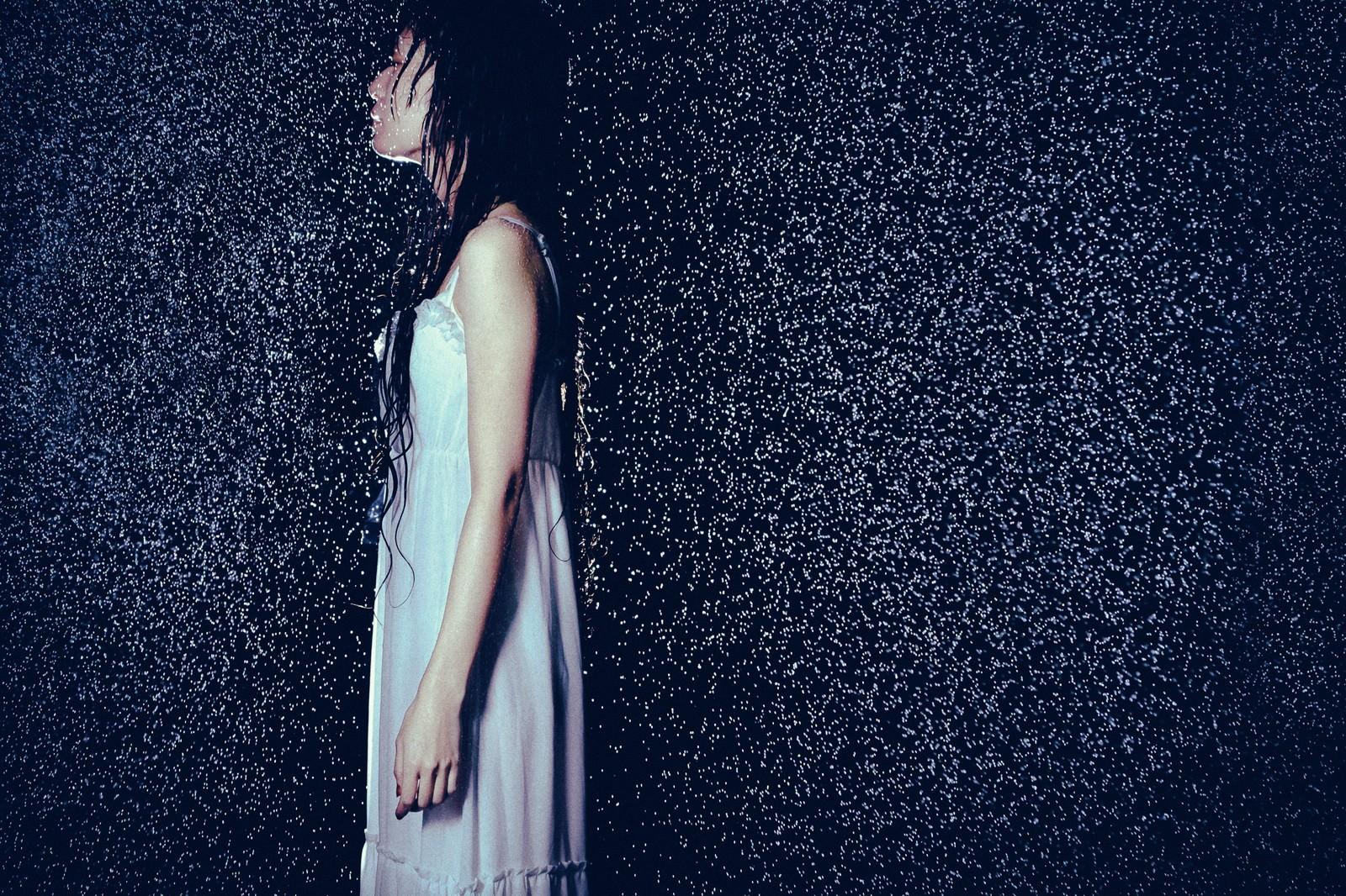 「大雨とほっそりした女性の横姿」の写真
