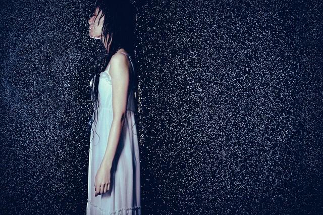 大雨とほっそりした女性の横姿の写真