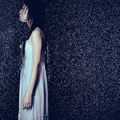 「大雨とほっそりした女性の横姿」の写真素材