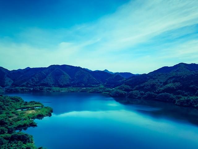 苫田ダムによってできた人造湖(奥津湖)の写真